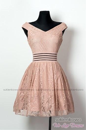 02dbdc35cc MARINE - Rozkloszowana koktajlowa sukienka z dekoltem różowa ...
